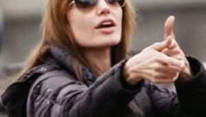 Yönetmen Angelina  sete gidemedi
