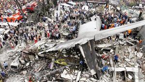 Askeri uçak şehir merkezine düştü