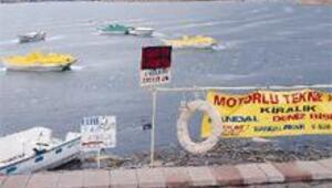 Mogan Gölü'nde kayıklara buz hapsi