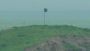 IŞİD Türkiye sınırına bayrak dikti