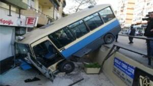 Yoldan çıkan minibüs eczaneye uçtu