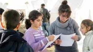 Depremzede çocuğa İzmir'den mektup
