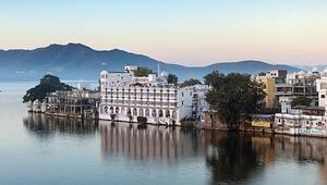Udaipur şubatta gelinlerle martta Holi'yle renklenir