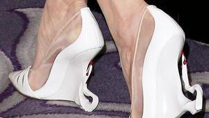Ayakkabısından kan damlıyor