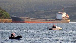 Çanakkale Boğazı'nda dümeni arızalanan gemi karaya oturdu