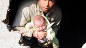 Kızının boğazına bıçak dayadı
