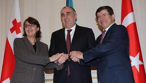 Davutoğlundan Azerbaycanda sınır güvencesi