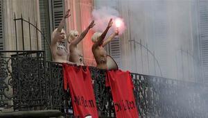 FEMEN üyeleri, Ulusal Cephe lideri Le Peni protesto etti