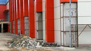 Trabzondaki spor kompleksi 3 yılda dökülmeye başladı