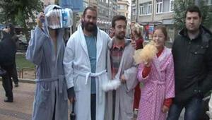 Kadıköyde su kuyruğu ve bornozlu protesto