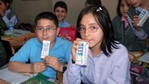 Öğrencilerden günde 2 bardak süt içme sözü