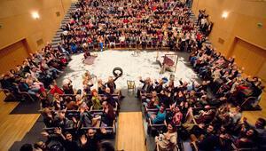 700 el Dünya Tiyatro Günü için kalktı