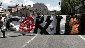 Atinadaki 1 Mayıs gösterisinde Çarşı pankartı