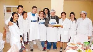 Yabancı öğrenciler İzmir köfte'yi öğrendi