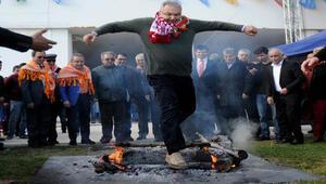 Baykal, Antalyada yakılan nevruz ateşinin üzerinden atladı