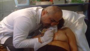 Kanserin aldığı memeye dövmeden meme ucu