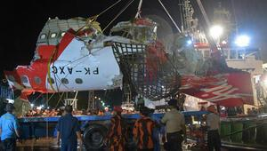 Endonezyada düşen yolcu uçağının karakutularından biri çıkarıldı