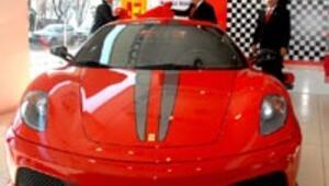 Ferrari 430 Scuderia için 9 kişi sırada