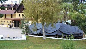 Suudi kraliyet ailesi oteli kapatıp, bahçesine çadır kurdurdu