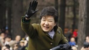Güney Korenin ilk kadın devlet başkanı görevine başladı