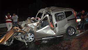 Hafif ticari araç TIRa çarptı 1'i çocuk 3 kişi hayatını kaybetti