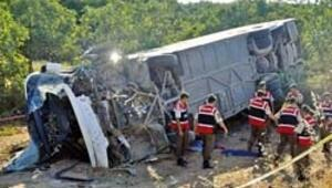 Yolcu otobüsü devrildi 1 kişi öldü 56 yaralı