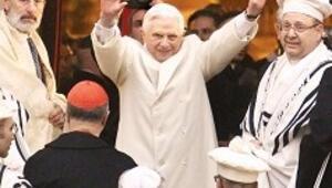 Papa'ya sinagogda sitemkâr karşılama