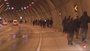 Araçlar yolda kalınca tüneli yürüyerek geçtiler