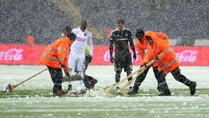 Beşiktaş-Mersin İdmanyurdu maçı kar yağışı nedeniyle tatil edildi