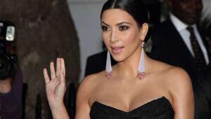 Kim Kardashianın Yüzü Hayranlarını Şoke Etti