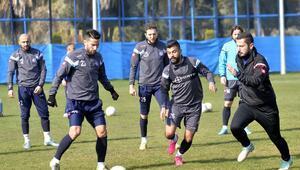 Adana Demirsporlu futbolcular sıkı çalışıyor