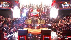 Gökhan Özoğuz, O Ses Türkiye finalinde kendini sevinçten sahneye attı