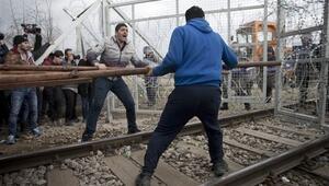 Yunanistanda bekleyen mülteciler sınırı yıkıp geçti
