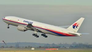 Kayıp Malezya uçağına ait olduğu tahmin edilen bir enkaz parçası Mozambikte sahile vurdu