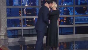 Canlı yayında sunucuyu dudağından öptü - izle