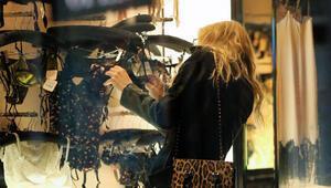 Courtney Lovea iç çamaşırı seçerken bile rahat yok