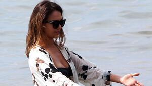 Jessica Alba tuniğini çıkarmadan denize girdi
