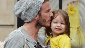 David Beckham oyuncak bebeklere elbise dikiyor