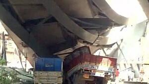 Hindistanda facia: Üst geçit çöktü, çok sayıda ölü var