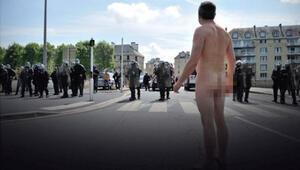 Fransa eylemlerinde polise karşı çıplak adam