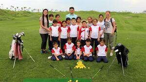 Dilek öğretmen, öğrencilerini golfle tanıştırdı
