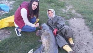 Boyundan büyük balık yakaladı