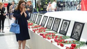 Sibel Can terör saldırısının olduğu yere karanfil bıraktı