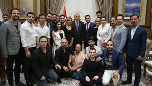 Cumhurbaşkanı Erdoğan, Demokrasi Nöbetine katılan sanatçıları kabul etti
