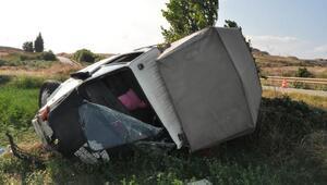 Enez'de otomobil ile kamyonet çarpıştı: 3 yaralı