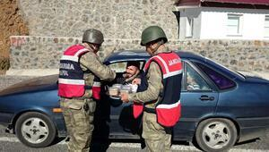 Tuncelide jandarmadan vatandaşlara aşure ikramı