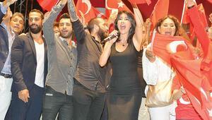 Ünlüler Taksimdeki demokrasi nöbetinde