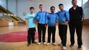 Araştırıp bulduğu 3 engelliye goalball eğitimi veriyor