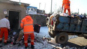 Evinde 10 traktör çöp toplamış