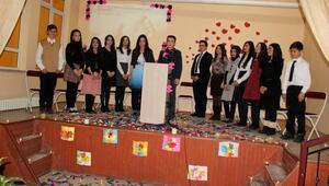 Suşehri'nde öğrencilerden şiir dinletisi